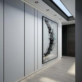 Большая картина на стене коридора