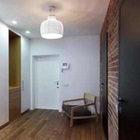 Металлические двери в кирпичной стене