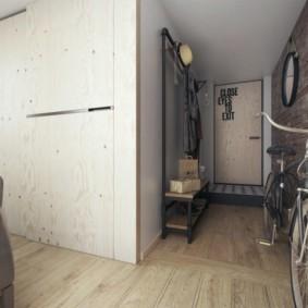 Велосипед на ламинированном полу в прихожей
