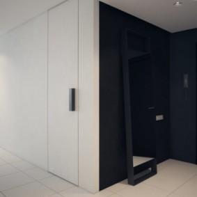 Черные стены в прихожей квартиры