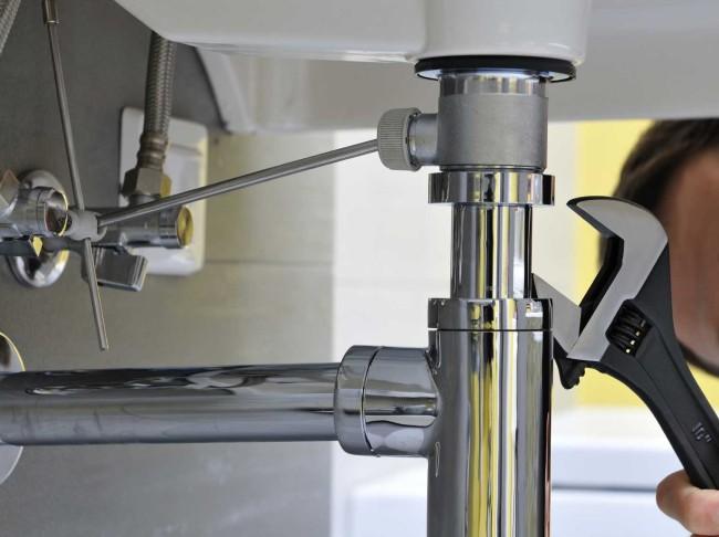 Монтаж сифона их хромированной латуни на акриловой ванне