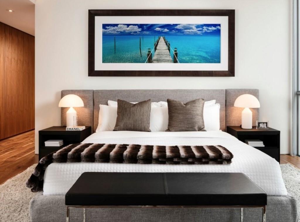 Картина с морской тематикой на стене спальни