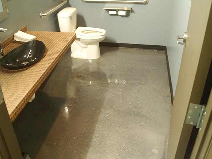 Серая поверхность наливного пола в ванной комнате