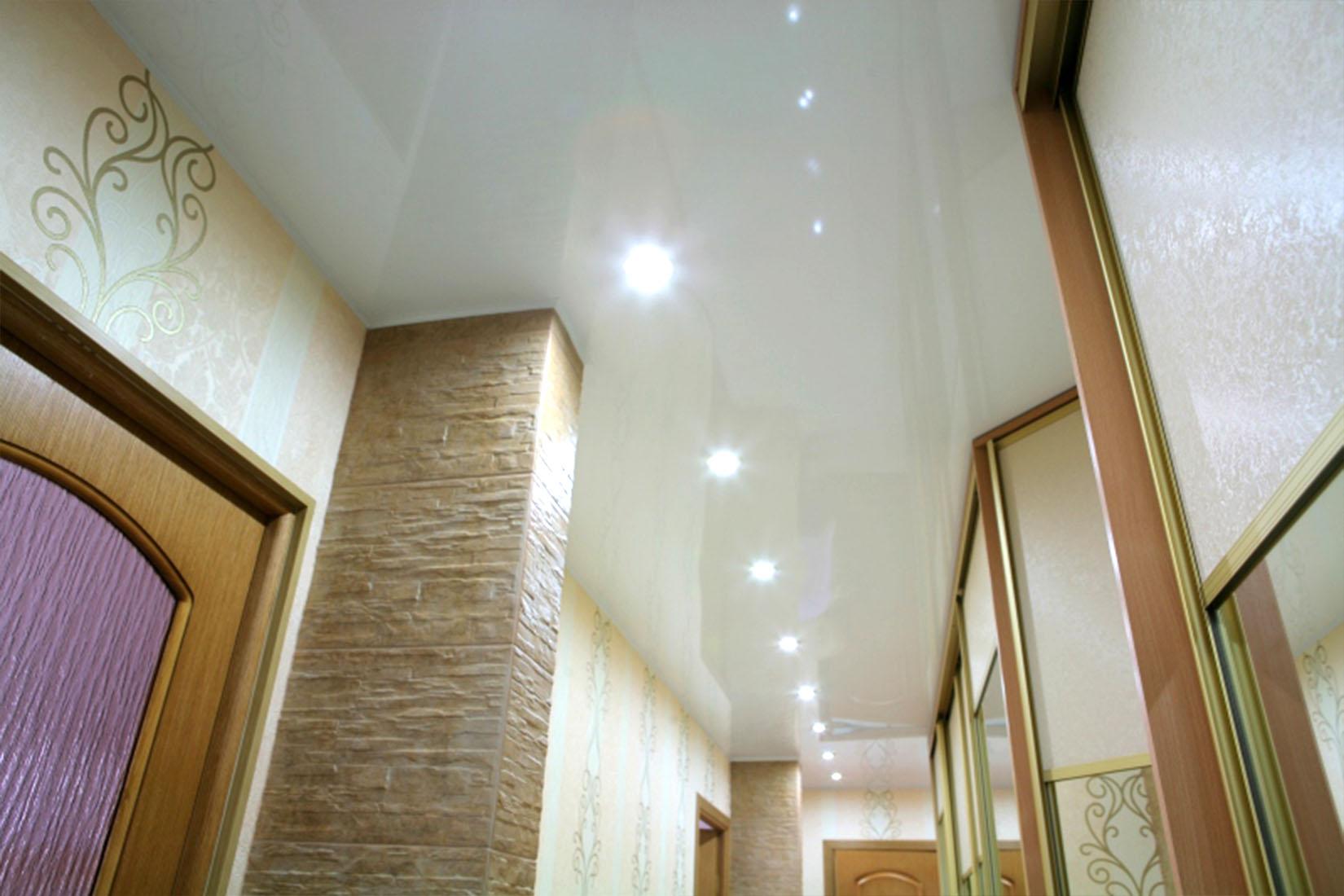 натяжной потолок в коридоре фото декора