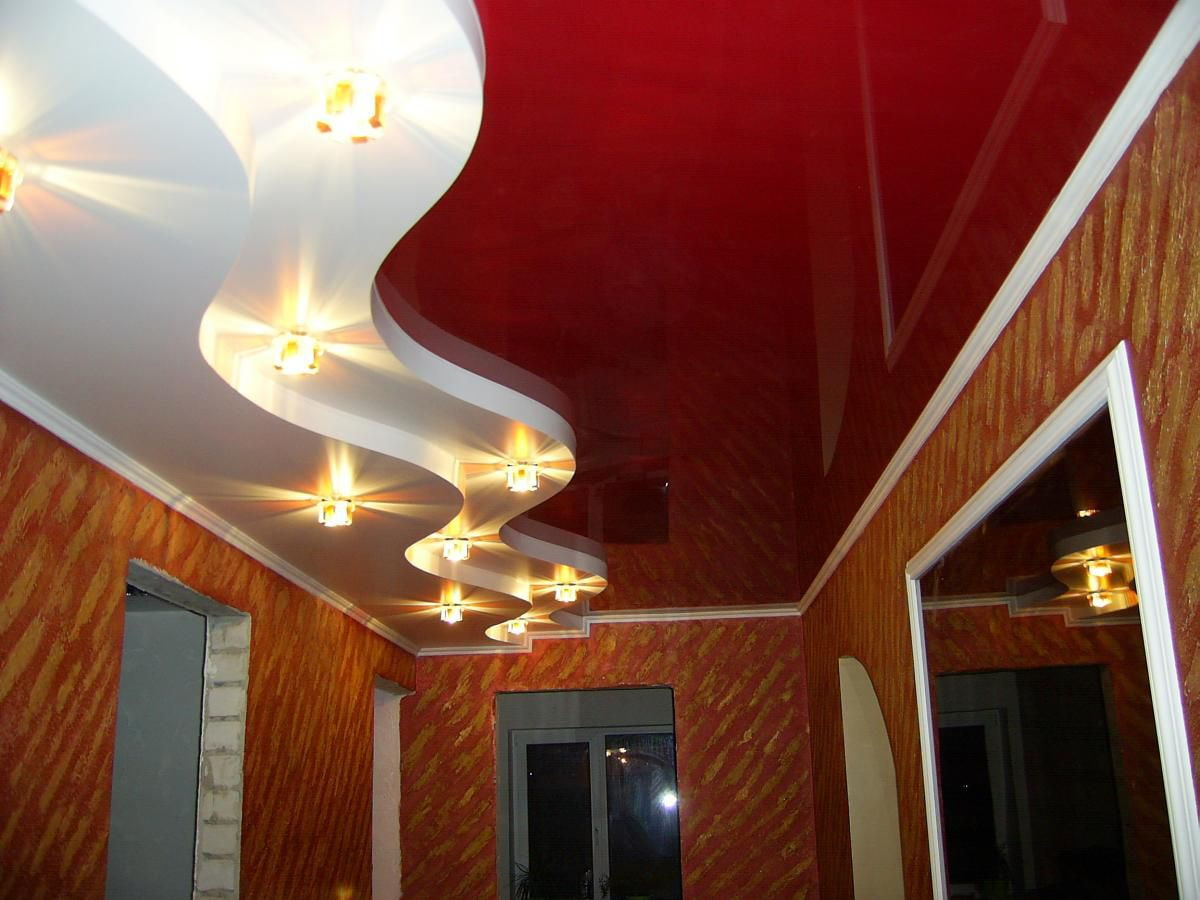 красный натяжной потолок в коридоре оформление
