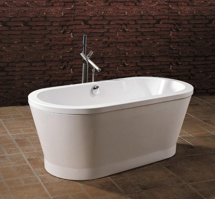 Акриловая ванна с толстыми стенками на керамическом полу