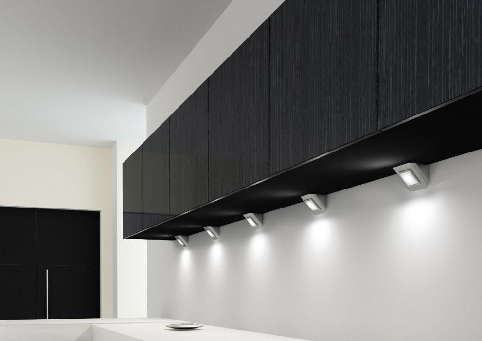 Небольшие светильники на кухне с черными шкафами