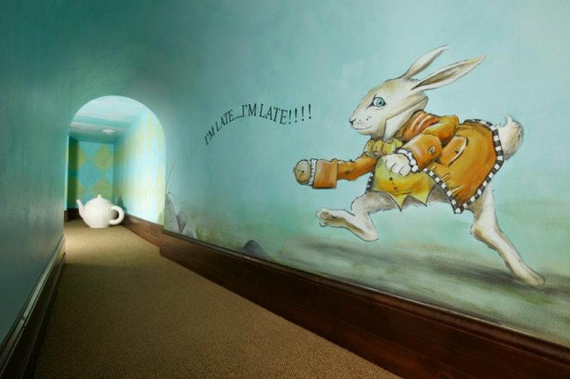 Бегущий кролик на рисунке в квартире