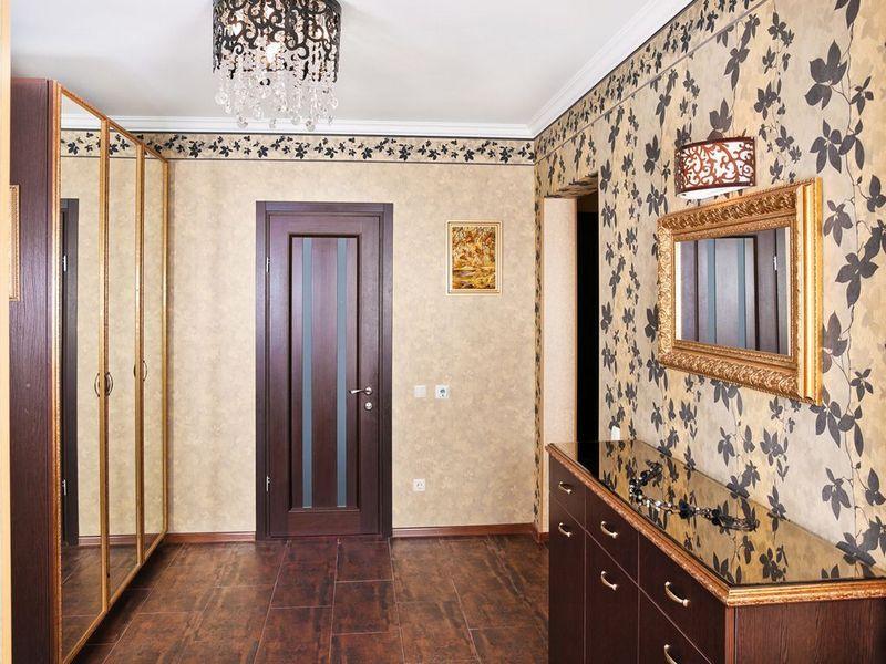 обои для коридора с темными дверями