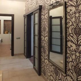 обои для коридора с темными дверями фото оформление