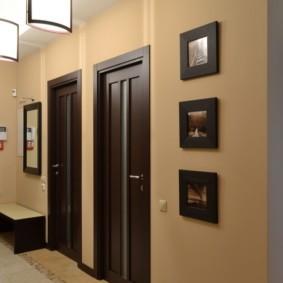 обои для коридора с темными дверями обзор