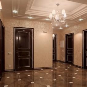 обои для коридора с темными дверями виды дизайна
