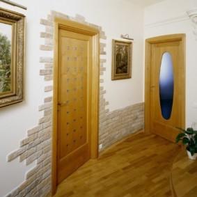 обои и декоративный камень в интерьере прихожей виды декора