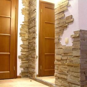 обои и декоративный камень в интерьере прихожей идеи оформления