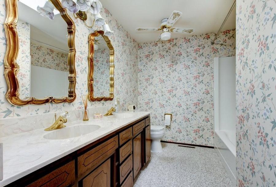 Обои в цветочек в ванной стиля классика