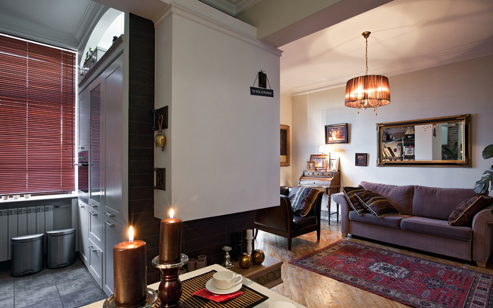 Люстра на потолке однокомнатной квартиры