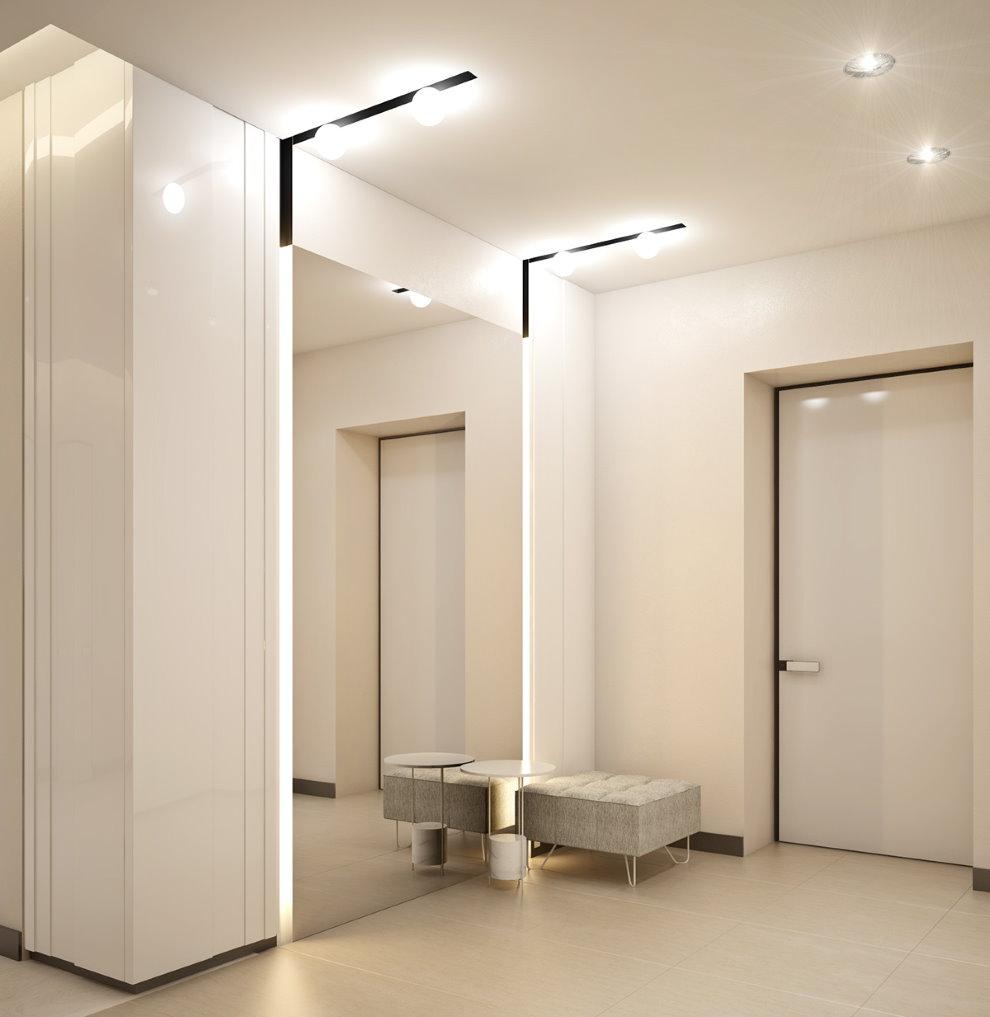 Огромное зеркало в коридоре минималистического стиля