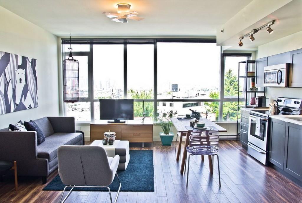 Мебель в квартире-студии с панорамным окном