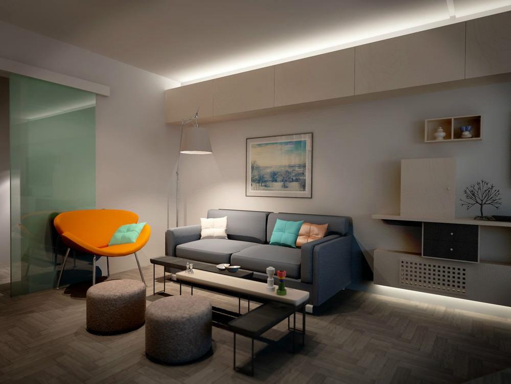 Яркое кресло в комнате городской квартиры