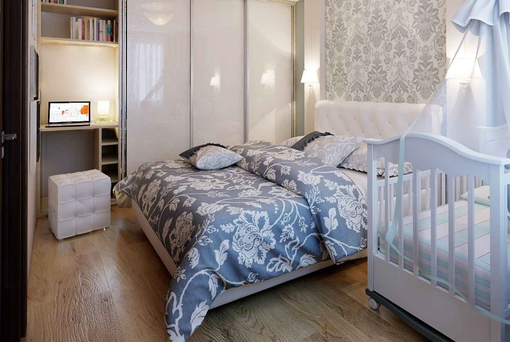 Цветочный орнамент на покрывале в спальне с детской кроваткой