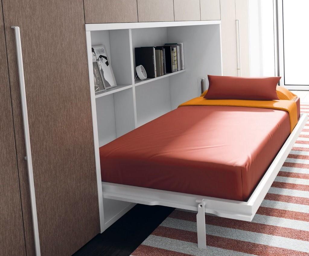 Кровать откидного типа в малогабаритной спальне