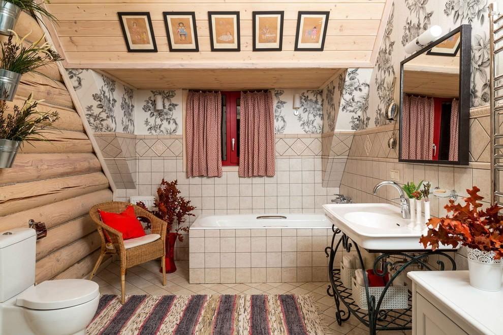 Просторная ванная в мансарде бревенчатого дома