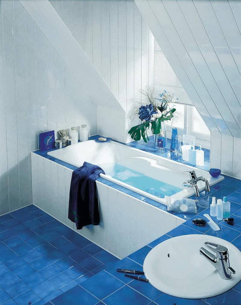 Пластиковые панели на стене ванной в мансарде