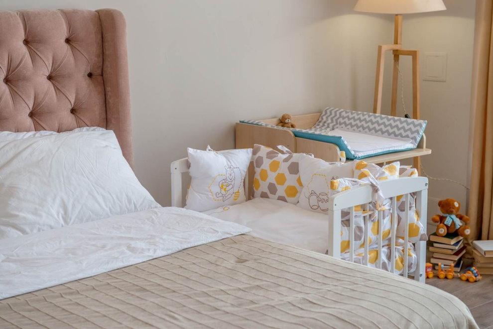 Интерьер взрослой спальни с пеленальным столиком