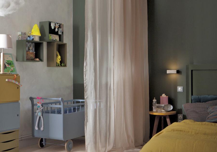 Светлая штора между взрослой и детской кроватями