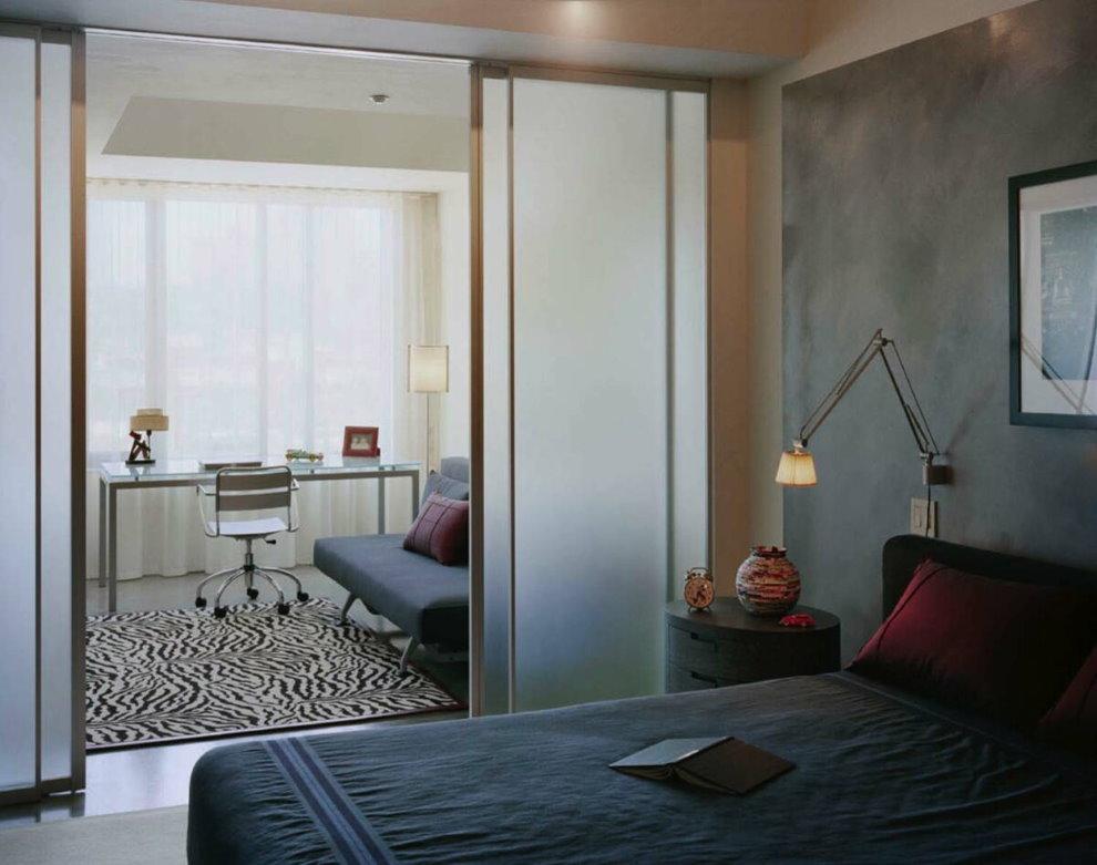 Стеклянная раздвижная перегородка в спальне с кабинетом