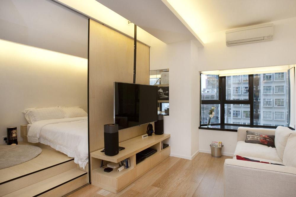 Спальня за раздвижной перегородкой в квартире студии