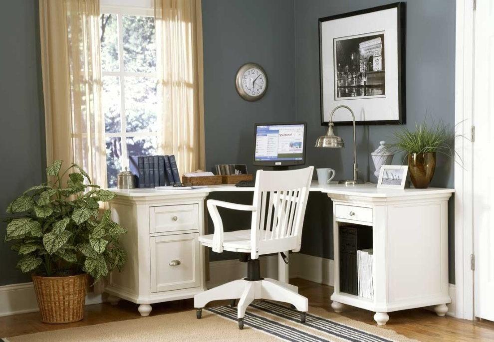 Угловой письменный стол в спальной комнате