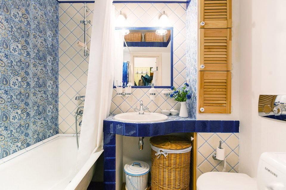 Дверцы из реек на стене ванной комнаты