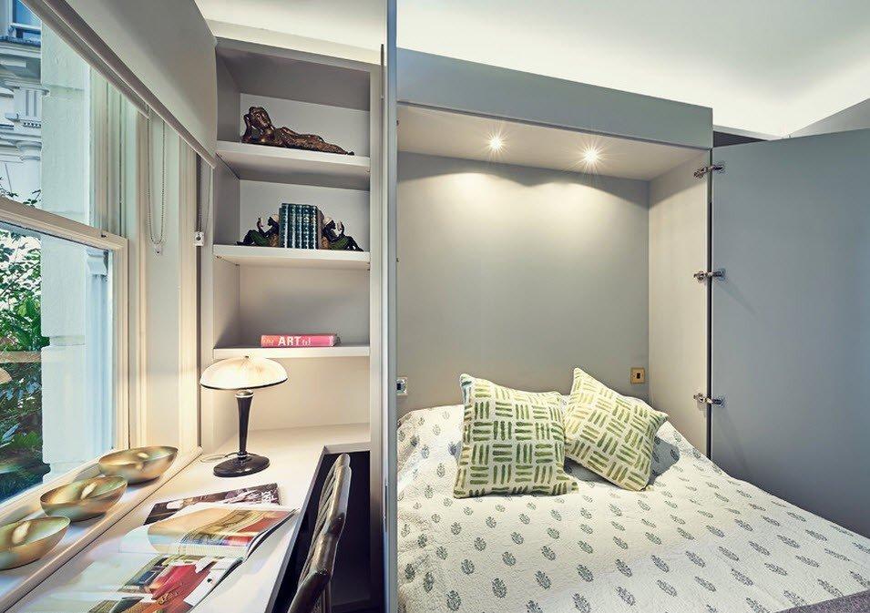 Стол вместо подоконника в маленькой спальне