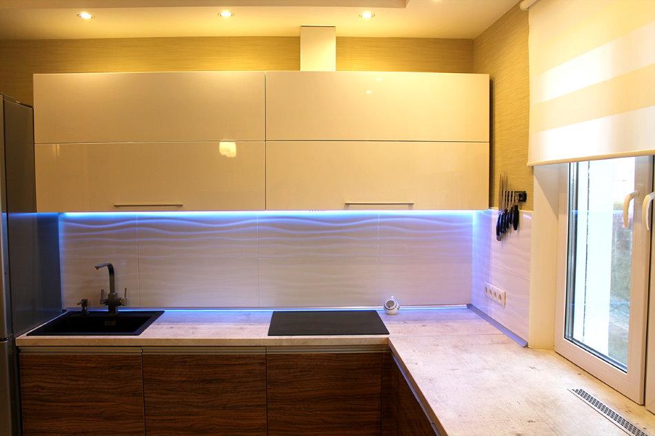 Кухня в стиле хай-тек с подсветкой рабочей зоны