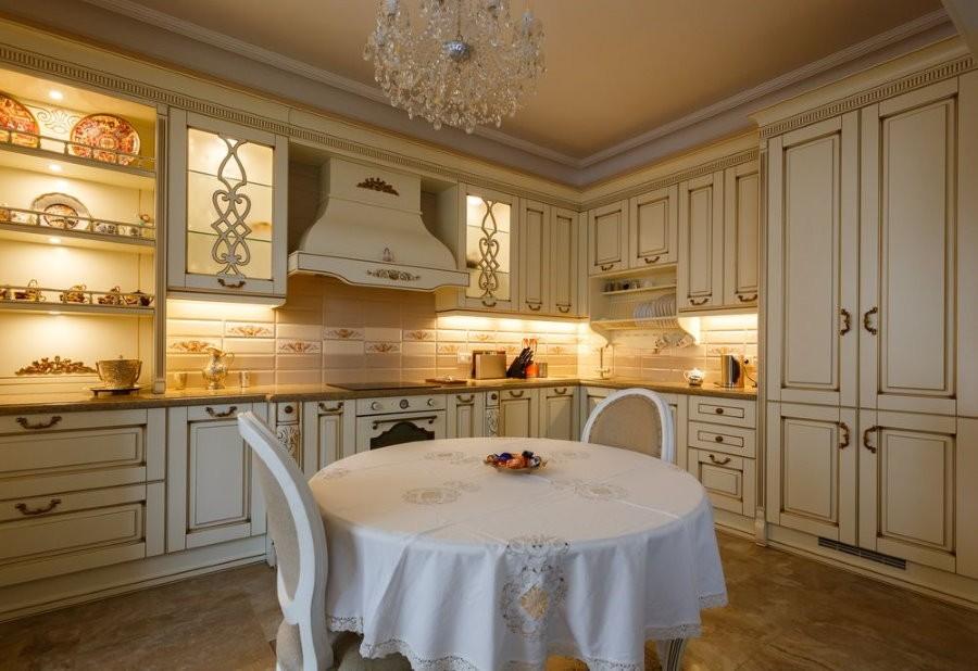 Подсветка рабочей зоны в кухне стиля классика