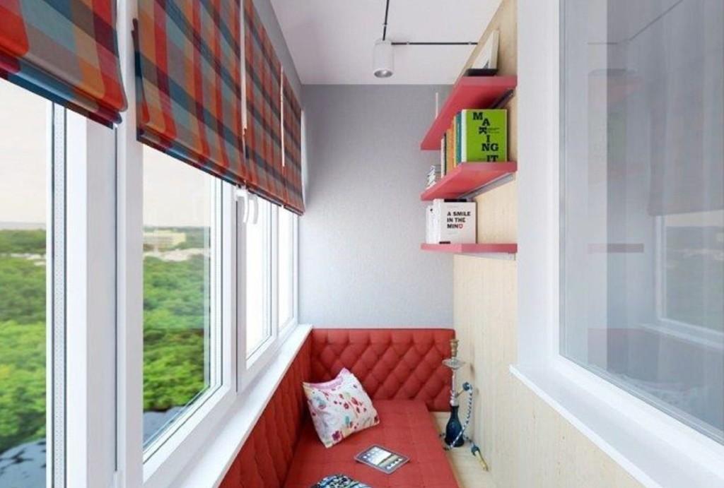 Открытые полки на стене балкона