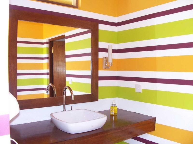 Горизонтальные полосы на крашенной стене в ванной