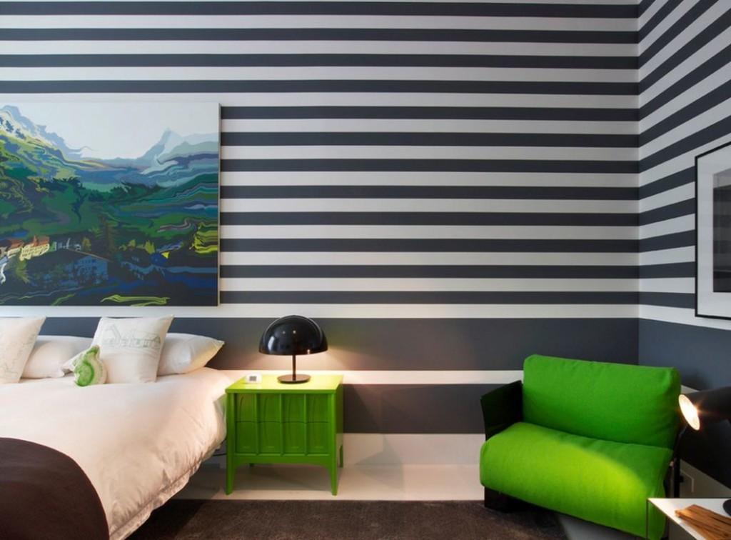 Горизонтальные полоски на обоях в спальне