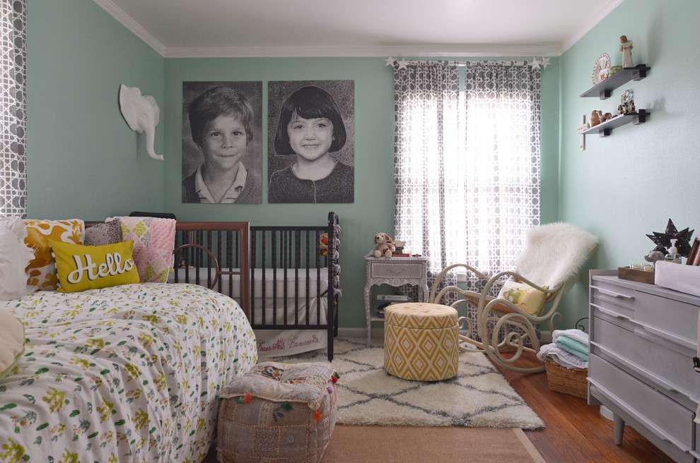 Портреты родителей на стене спальни с детской кроваткой