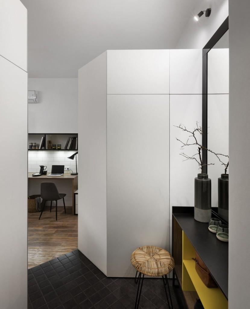 Небольшой коридор в квартире студии