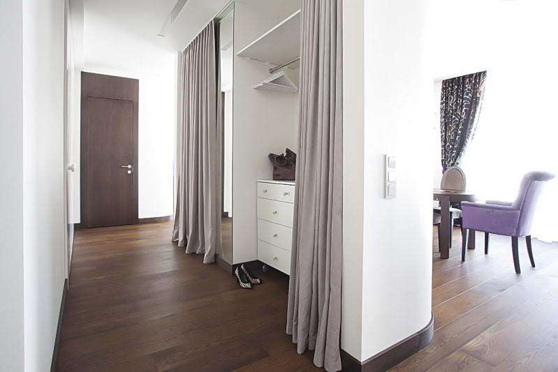 Серые шторы в холле современной квартиры