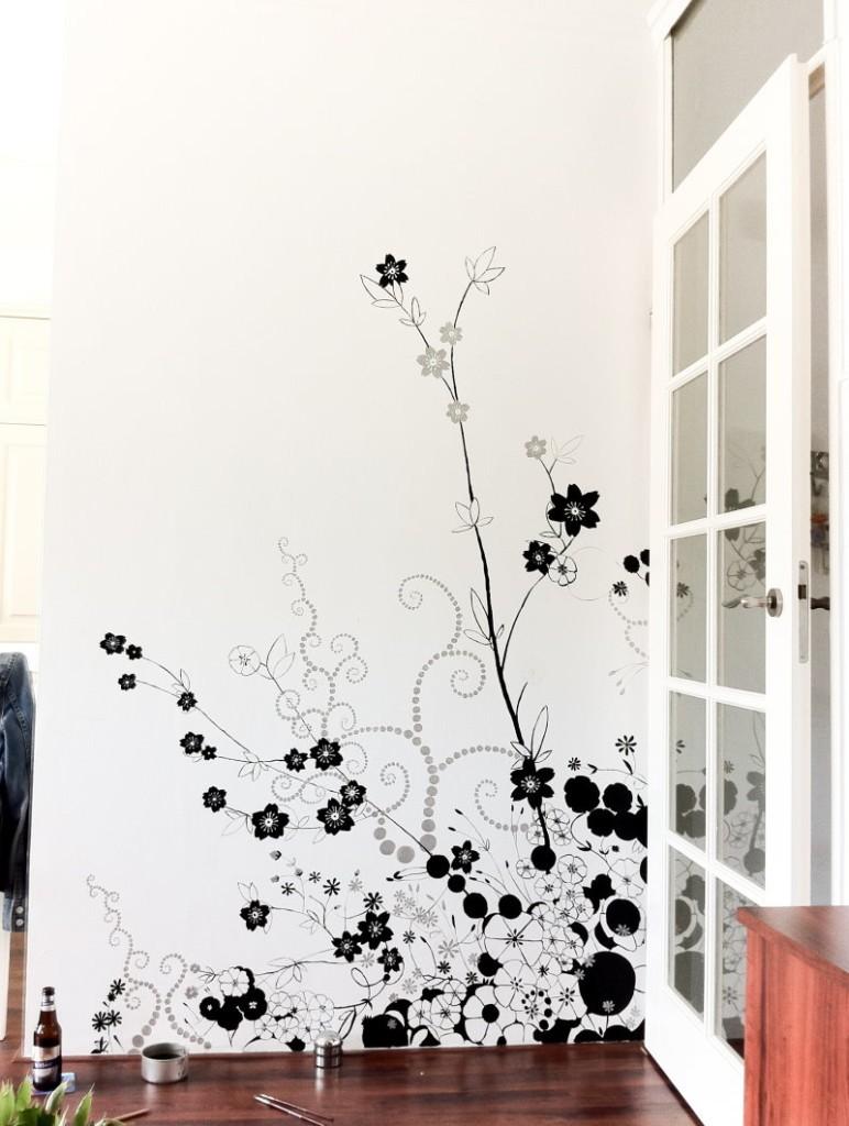 Чернильный рисунок на белой стене в квартире
