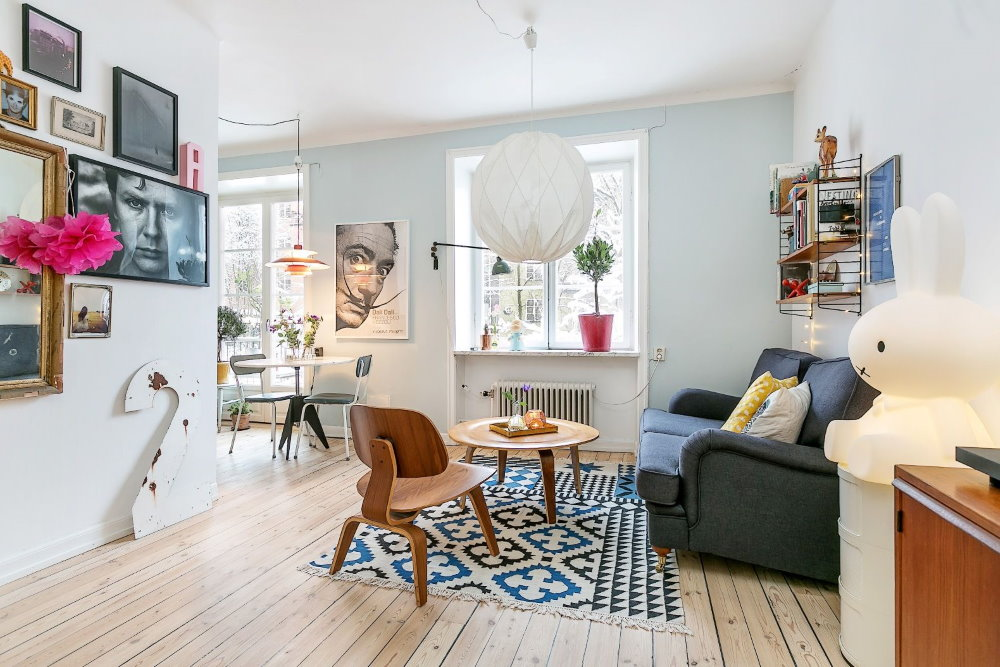 Яркий декор квартиры-студии с белыми стенами