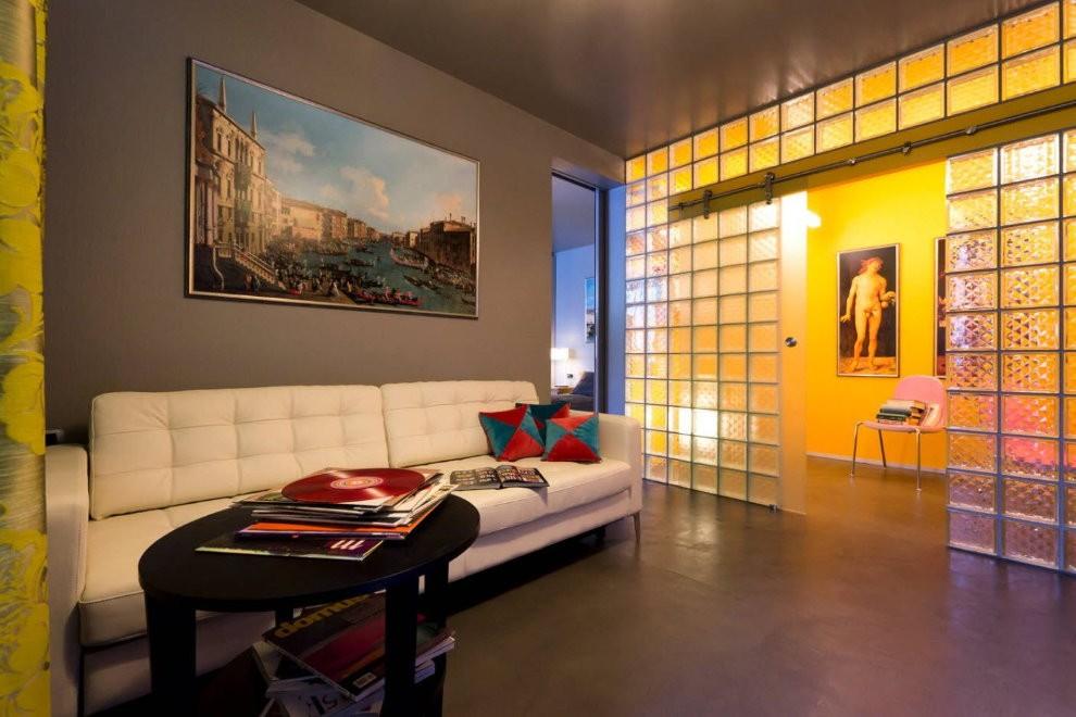 Полупрозрачная перегородка из стеклоблоков между гостиной и коридором