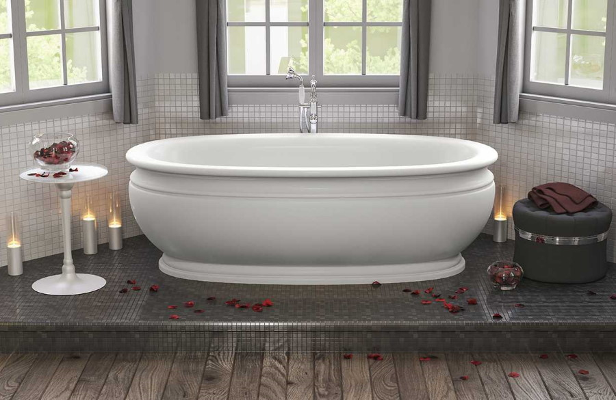 Акриловая ванна на подиуме в комнате с окнами