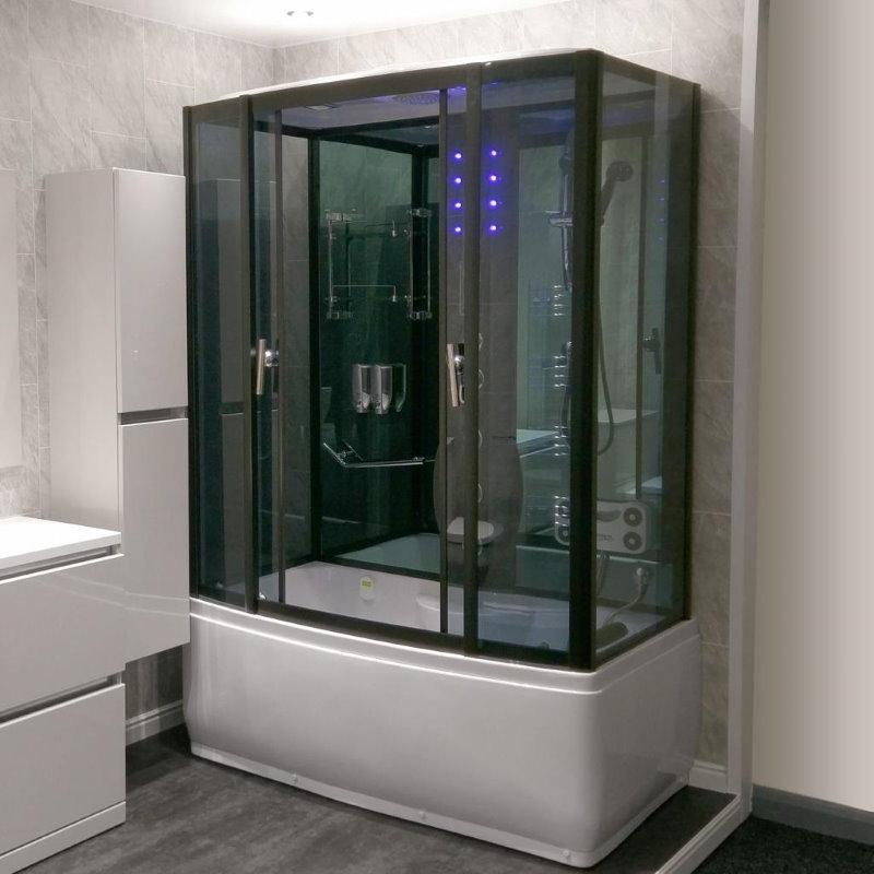 Тонированные стекла современной душевой кабинки с ванной