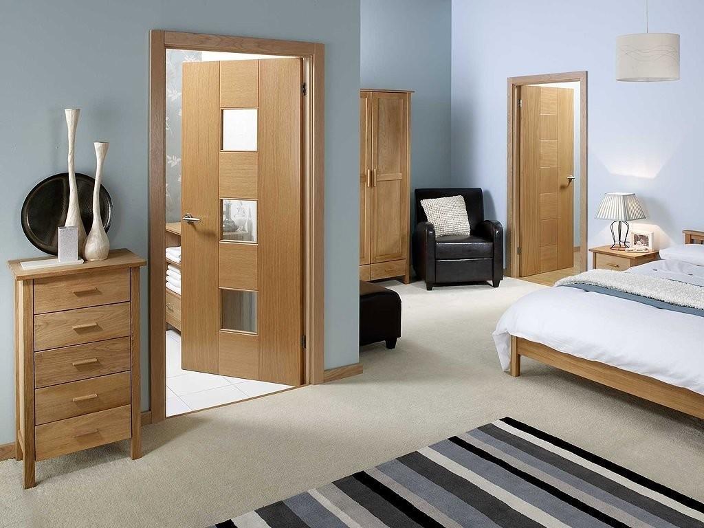 Распашные двери в спальне квартиры