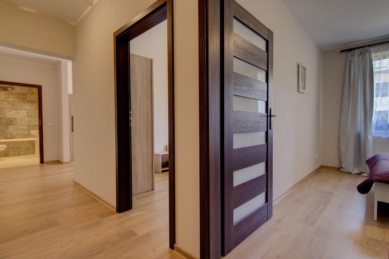 Коричневые межкомнатные двери распашного типа