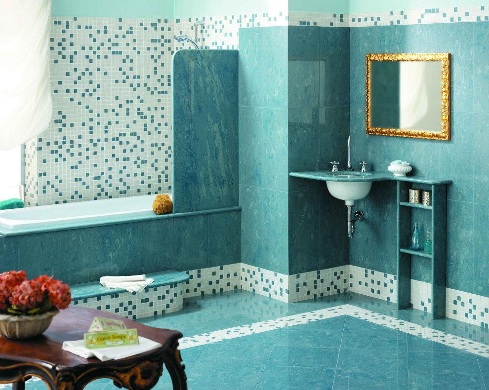 Зеркало в золотистой оправе в просторной ванной